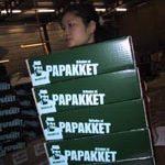 Rosa reikt eerste PaPakket uit