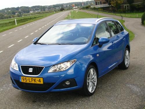 Onze test Seat ziet er blits uit, in het optionele kleurtje Speedblauw