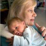 Bijna bejaarde bevalt van zoon