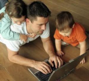 vader achter laptop