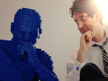 Nathan Sawaya, naast de door hem in Lego nagebouwde 'Denker' van Rodin.