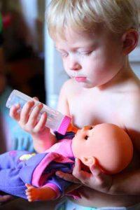 jongen speelt met pop